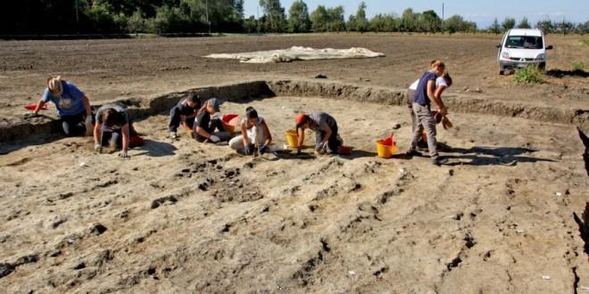 L'inizio della campagna di scavo, appena asportato lo strato superficiale