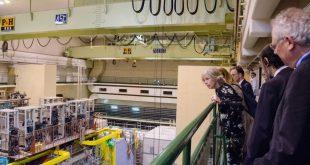 La ministra si affaccia dalla passerella nella sala sperimentale dove è attualmente in fase di installazione l'esperimento Belle II
