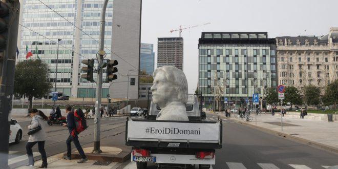 Attraverso tre statue comparse in modo misterioso a Milano, Napoli e Bari, la campagna Huawei eroi di domani celebra tre imprenditori capaci di innovare